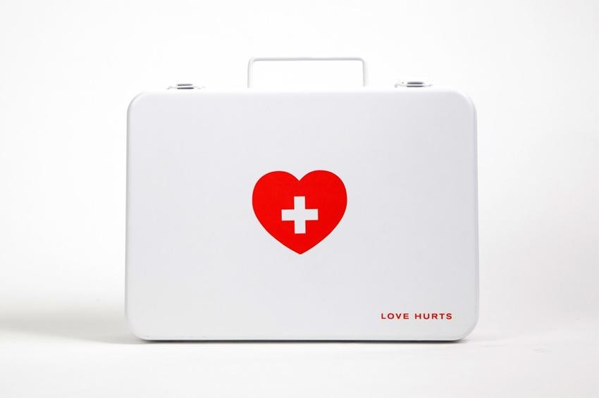 อกหักรักษาได้.. LOVE HURTS ชุดปฐมพยาบาลเบื้องต้นของคนอกหัก